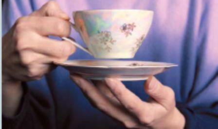 чашка кофе в руках   держится тремя пальцами
