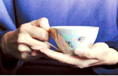 чашка  кофе в руках -  поддерживая ладошкой