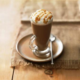 Так выглядит бокал карамельного кофе латте кон панна