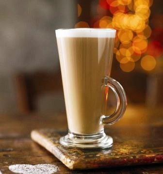 Вид приготовленного карамельного кофе латте