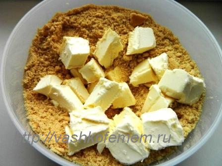 Сливочное масло смешиваем с печеньем