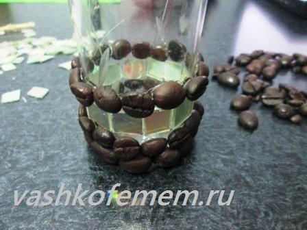 подсвечник из кофейных зерен наклеиваем кофейные зерна посередине стакана