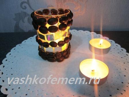 вид подсвечника с горящей свечой внутри