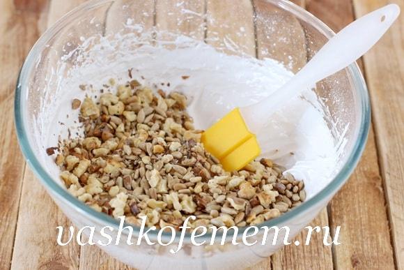Орехи и семечки добавляем в массу