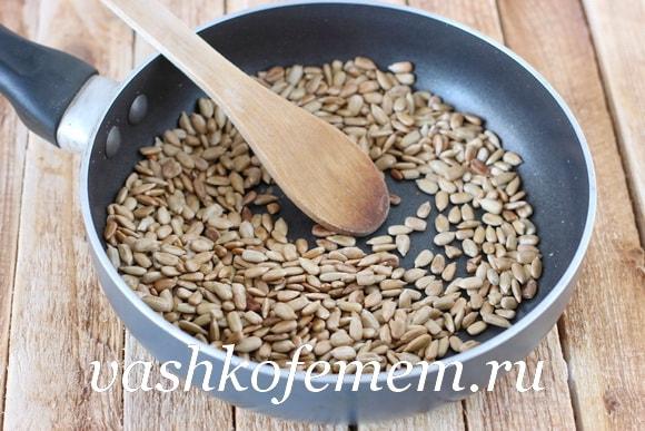 Подсушиваем очищенные семена подсолнечника