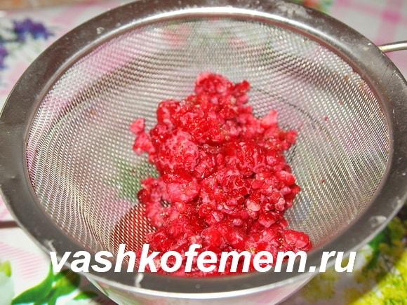 Процесс протирки ягодок малинки начат