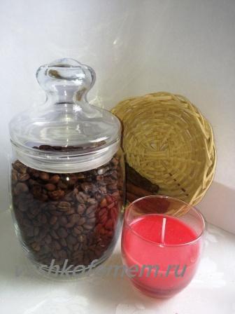 из кофейных зерен,  палочек корицы и свечи