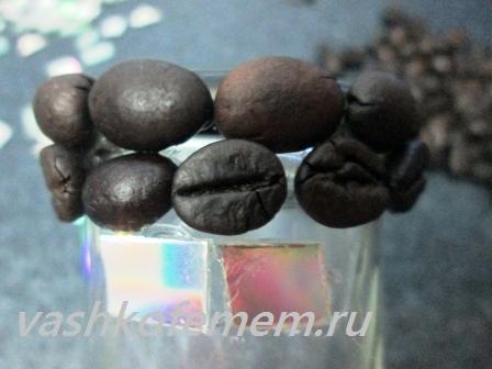 подсвечник из кофейных зерен наклеиваем зерна по кромке стакана