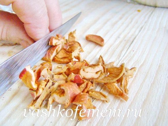 Острым ножом крошим сушеные яблоки