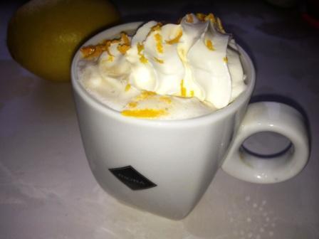 кофе с шоколадом, сливками и цедрой апельсина